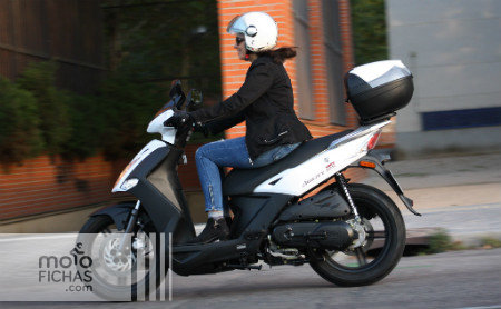 prueba-kymco-agility-city-125-accion lateral