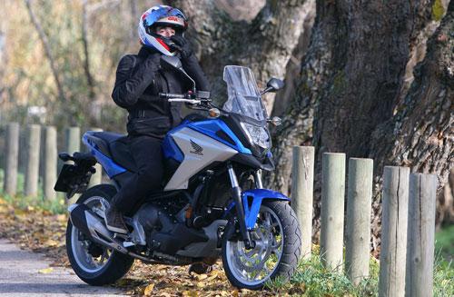 6318720c00e28 Chaqueta y casco se tienen que colocar bien para evitar el frío