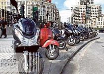 Si aparcas tu moto en la acera, cuidado con las multas